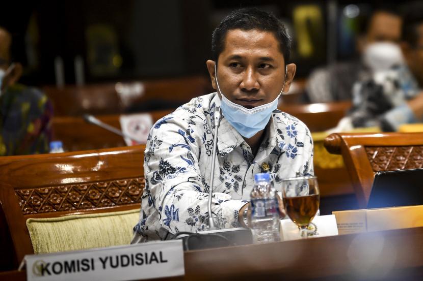 Ketua Komisi Yudisial (KY) Mukti Fajar Nur Dewata mendengarkan paparan anggota Komisi III DPR saat mengikuti Rapat Dengar Pendapat (RDP) di Kompleks Parlemen, Senayan, Jakarta, beberapa waktu lalu. Rapat tersebut dalam rangka meminta penjelasan ke KY terkait dengan calon Hakim Agung dan Hakim Ad Hoc pada Mahkamah Agung.