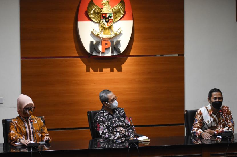 Ketua Komisi Yudisial Mukti Fajar Nur Dewata (kanan) bersama Wakil Ketua Komisi Pemberantasan Korupsi (KPK) Alexander Marwata (tengah) dan Jubir Bidang Pencegahan KPK Ipi Maryati (kiri) memberikan keterangan pers usai melakukan audiensi di Gedung Merah Putih KPK, Jakarta, Kamis (4/3/2021). Dalam pertemuan tersebut Komisi Yudisial meminta dukungan KPK agar ikut memantau proses rekrutmen calon hakim agung seperti menelisik LHKPN dan penelusuran rekam jejak agar mendapatkan hakim agung dengan kapasitas dan integritas yang mumpuni, demi peradilan yang bersih.
