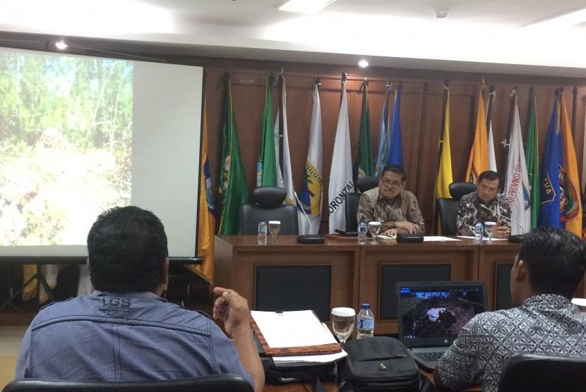 Ketua Komite II DPD RI Parlindungan Purba bersama Senator dari Provinsi Bangka Belitung mengadakan rapat bersama camat dan beberapa kepala desa di Kabupaten Belitung.