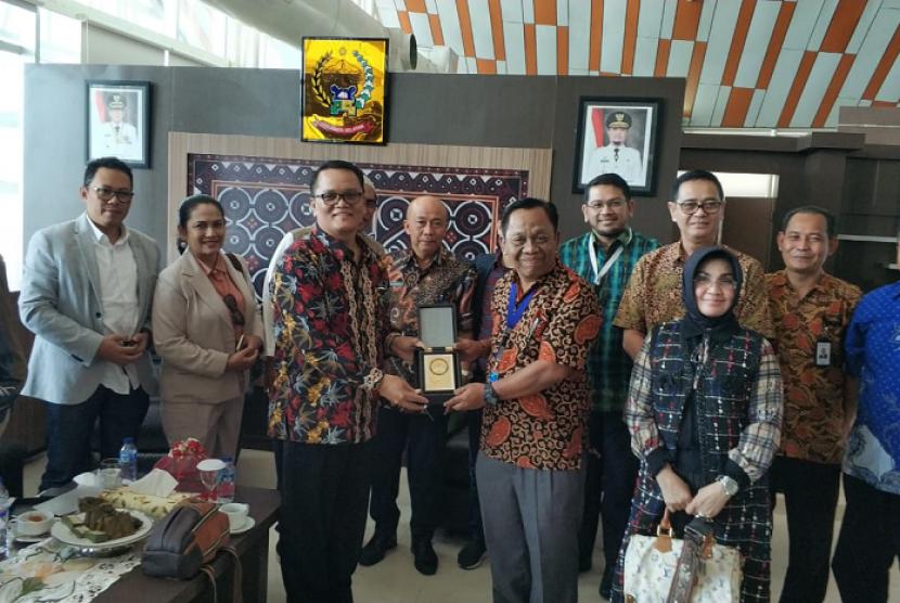 Ketua Komite II Pendeta Charles Simaremare pada kesempatan kunjungan kerja ke Bandara Sultan Hasanudin.