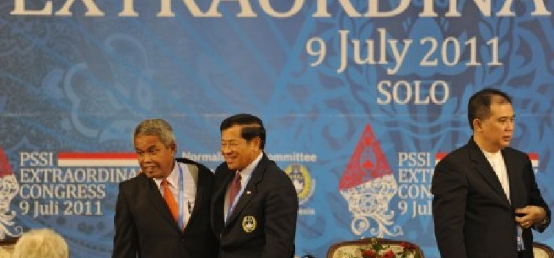 Ketua Komite Normalisasi Agum Gumelar (tengah) bersama Ketua Umum PSSI terpilih Djohar Arifin Husein (kiri) dan Wakil Ketua PSSI Farid Rahman (kanan) usai penutupan KLB PSSI di Solo, Jawa Tengah, Sabtu (9/7) malam.