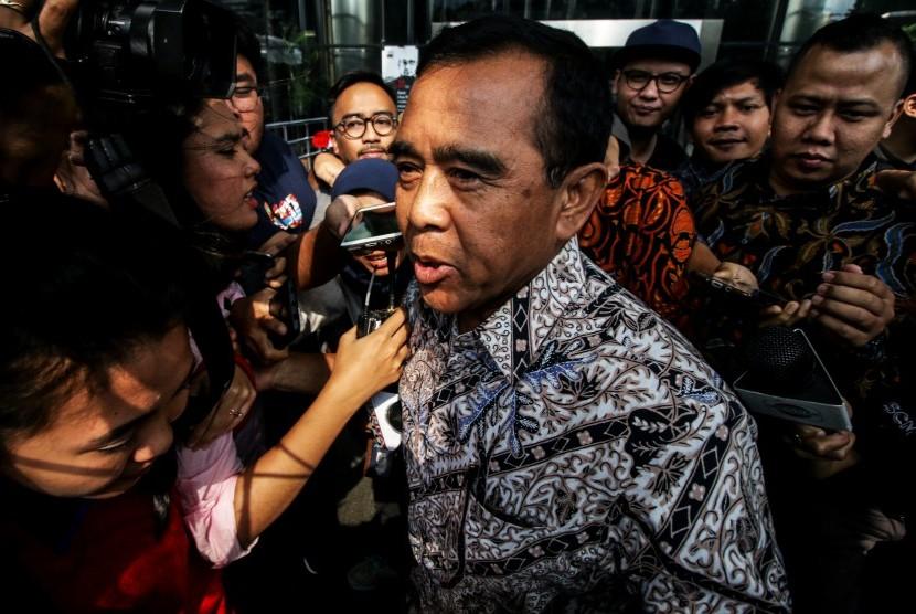 Ketua Komite Olahraga Nasional Indonesia (KONI) Pusat Tono Suratman bergegas seusai menjalani pemeriksaan di Gedung KPK, Jakarta, Rabu (6/2/2019).