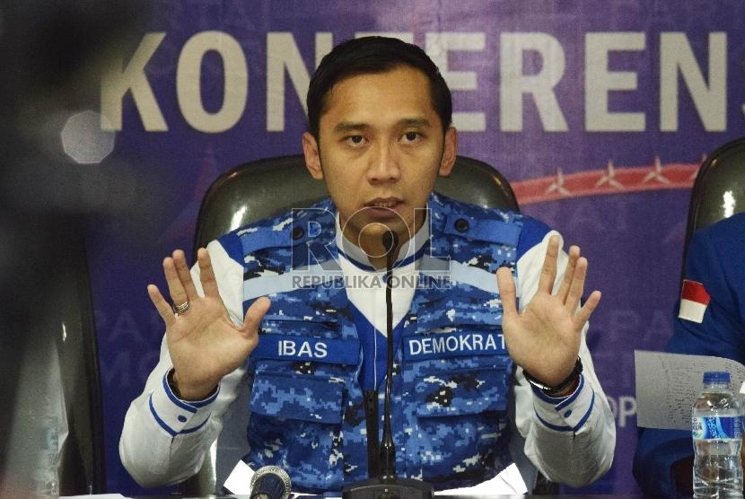Ketua Komite Pemenangan Pemilu Edhie Baskoro Yudhoyono (Ibas) bersama jajaran pengurus harian DPP Demokrat memberikan keterangan pers terkait pilkada serentak di kantor DPP Partai Demokrat, Jakarta, Rabu (9/12).