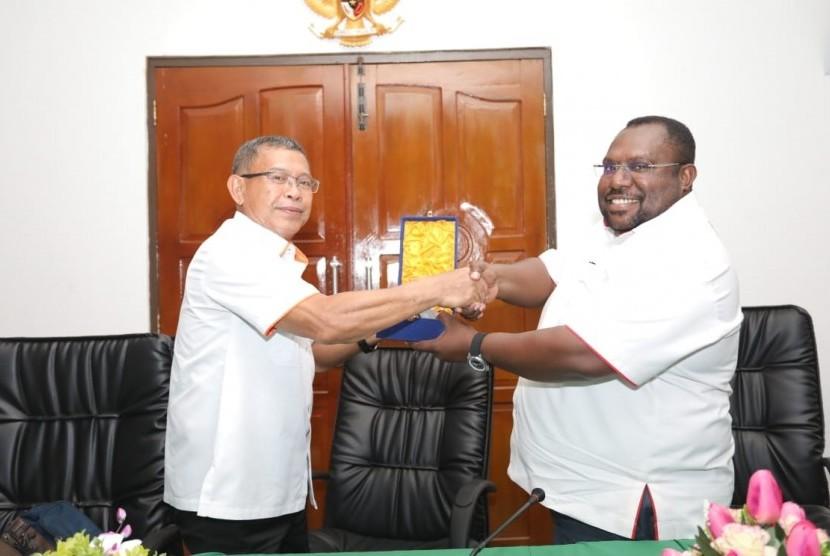 Ketua KONI DKI Djamhuron P Wibowo (kiri) bertukar cendera mata dengan Sekum KONI Papua Timothius Kogoya.
