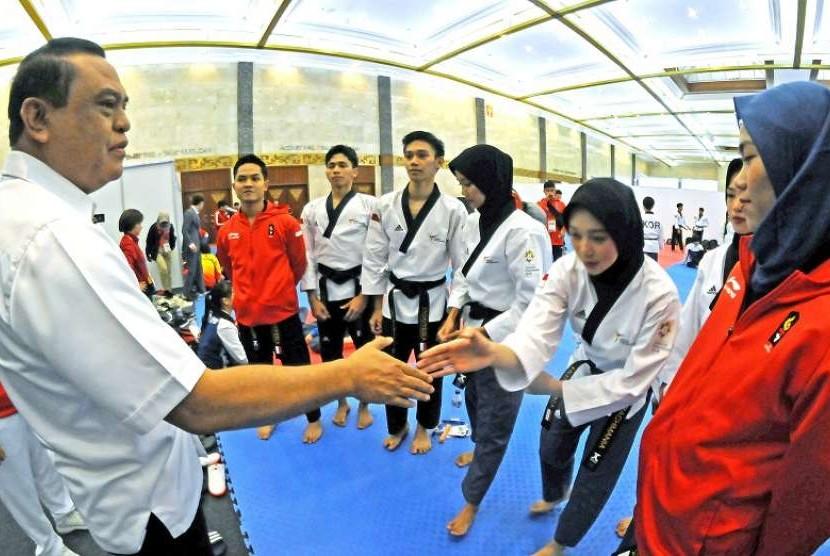 Ketua Kontingen Asian Games Indonesia Syafruddin memberikan semangat pada atlet-atlet taekwondo Indonesia yang akan bertanding di nomor poomsae di Jakarta Convention Center, Ahad (19/8).