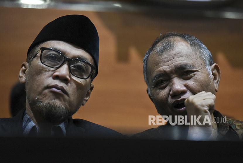 Wakil Ketua KPK Mochammad Jasin (kiri)