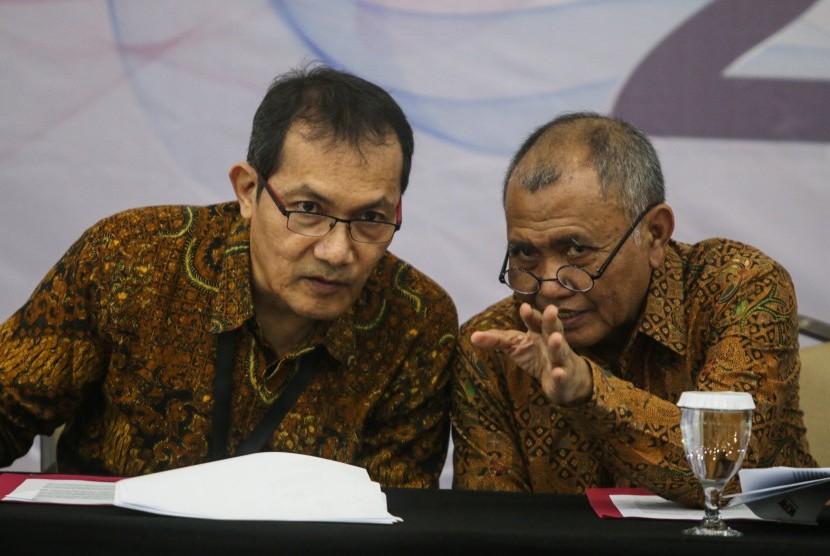 Ketua KPK Agus Rahardjo (kanan) berbincang dengan Wakil Ketua Saut Situmorang (kiri) di sela memberikan konferensi pers terkait laporan capaian dan kinerja KPK tahun 2018 di Gedung KPK, Jakarta, Rabu (19/12/2018).