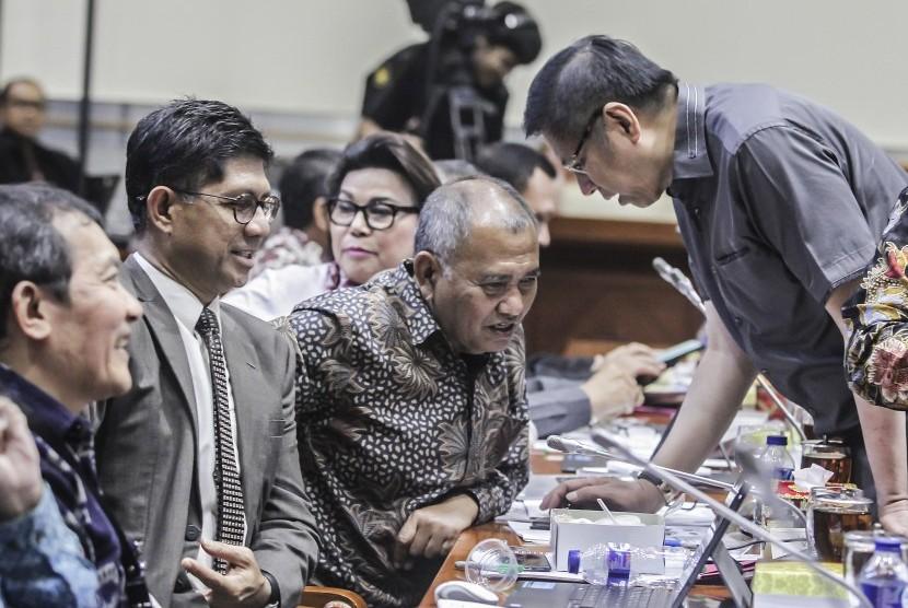 Ketua KPK Agus Rahardjo (ketiga kiri), Wakil Ketua KPK Laode Muhammad Syarif (kedua kiri), Saut Situmorang (kiri) berbincang bersama anggota Komisi III DPR sebelum memulai Rapat Kerja (Raker) di Kompleks DPR, Jakarta, Senin (23/7).