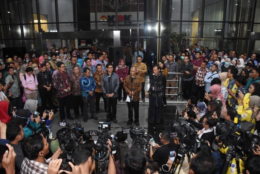 Ketua KPK Agus Rahardjo (tengah) bersama Wakil Ketua KPK Laode M. Syarif (kiri) dan Saut Situmorang (kanan) memberi keterangan pers menanggapi pernyataan Capim KPK petahana Alexander Marwata dalam uji kelayakan dan kepatutan di DPR, di Gedung Merah Putih KPK, Jakarta, Kamis (12/9/2019).