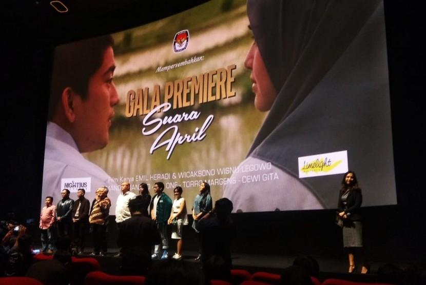 Ketua KPU, Arief Budiman bersama Komisioner KPU dan pemain film 'Suara April', saat pemutaran perdana pada Kamis (15/3). KPU meluncurkan 'Suara April' sebagai sosialisasi untuk pemilih milenial.