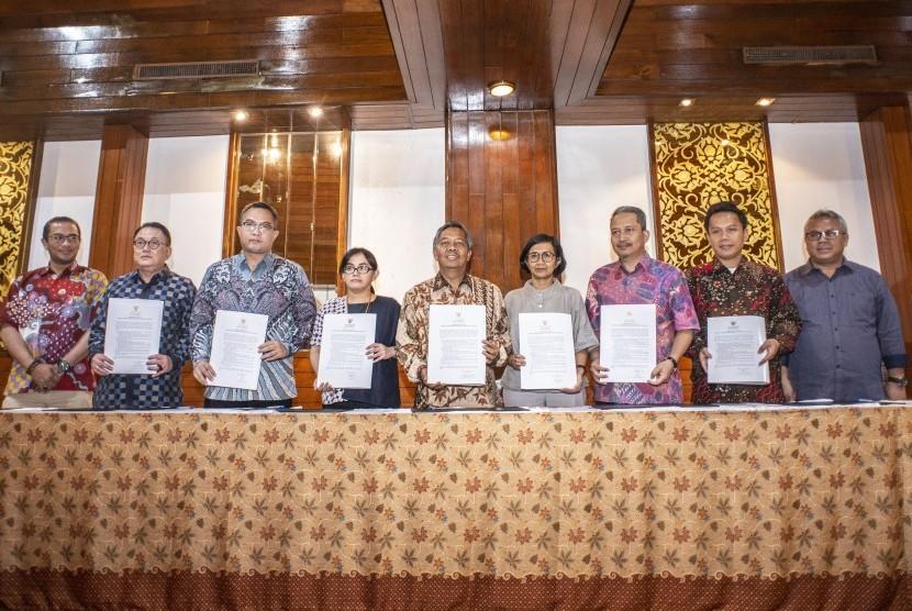 Ketua KPU Arief Budiman (kanan) bersama Komisioner KPU Hasyim Asy'ari (kiri) berfoto bersama para panelis debat kedua capres, Sabtu (9/2).