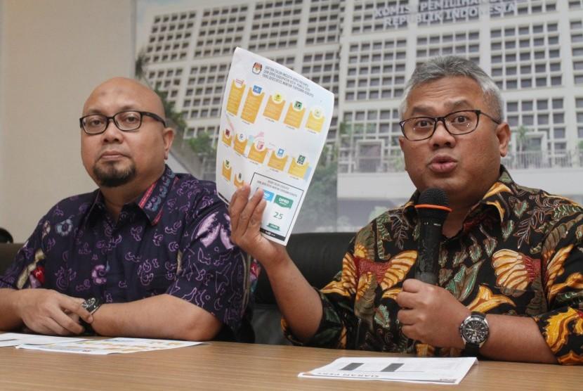 Ketua KPU Arief Budiman (kanan) bersama Komisioner KPU Ilham Saputra (kiri)