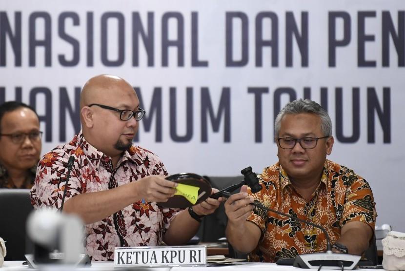 Ketua KPU Arief Budiman (kanan) bersama Komisioner KPU Ilham Saputra (kiri) saat memimpin Rapat Pleno Rekapitulasi Hasil Penghitungan dan Perolehan Suara Tingkat Nasional Dalam Negeri dan Penetapan Hasil Pemilu 2019 di Jakarta, Sabtu (18/5/2019).