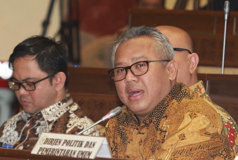 Ketua KPU Arief Budiman (kanan)
