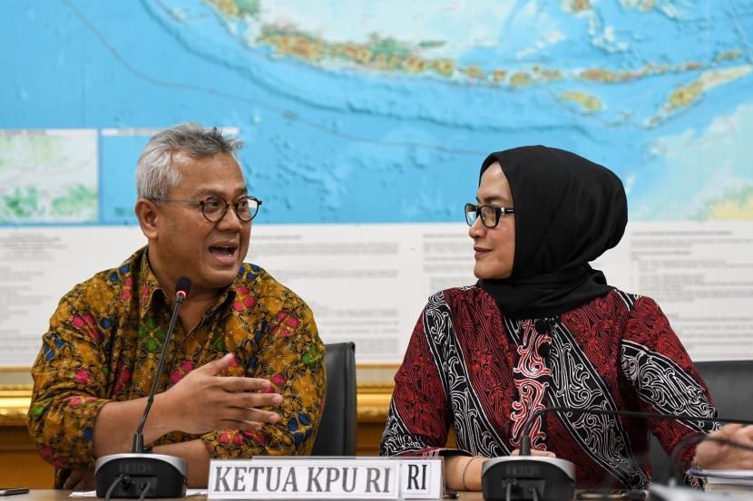 Ketua KPU Arief Budiman (kiri) berbincang dengan Komisioner KPU Evi Novida Ginting Manik (kanan).