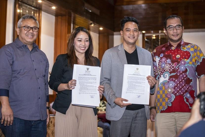 Ketua KPU Arief Budiman (kiri) bersama Komisioner KPU Hasyim Asy`ari (kanan), berfoto dengan moderator debat Tommy Tjokro (kedua kanan) dan Anisha Dasuki (kedua kiri) yang menunjukan naskah Pakta Integritas Moderator pada Debat Kedua Calon Presiden (Capres) Pemilu 2019, di Jakarta, Sabtu (9/2/2019).
