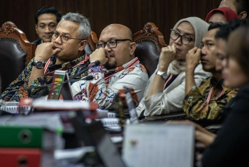 Ketua KPU Arief Budiman (kiri) bersama komisioner KPU lainnya selaku pihak termohon mengikuti sidang Perselisihan Hasil Pemilihan Umum (PHPU) presiden dan wakil presiden di Gedung Mahkamah Konstitusi, Jakarta, Jumat (21/6/2019).