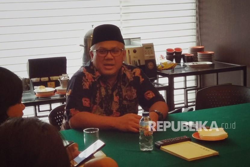 Ketua KPU, Arief Budiman, memberikan keterangan kepada wartawan di Hotel Borobudur, Gambir, Jakarta Pusat, Jumat (20/7). Arief menegaskan, setelah 20 September, parpol tidak bisa mengganti caleg yang terbukti mantan koruptor.