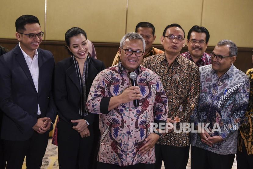 Ketua KPU Arief Budiman (tengah)