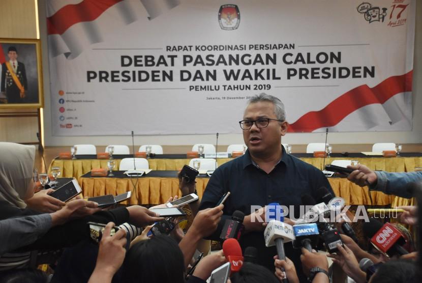 Ketua KPU Arief Budiman (tengah) memberikan keterangan pers sebelum memimpin jalannya rapat koordinasi bersama Tim Kampanye Nasional Jokowi-Ma'ruf dan Badan Pemenangan Nasional Prabowo-Sandi di Gedung KPU, Jakarta, Rabu (19/12/2018).
