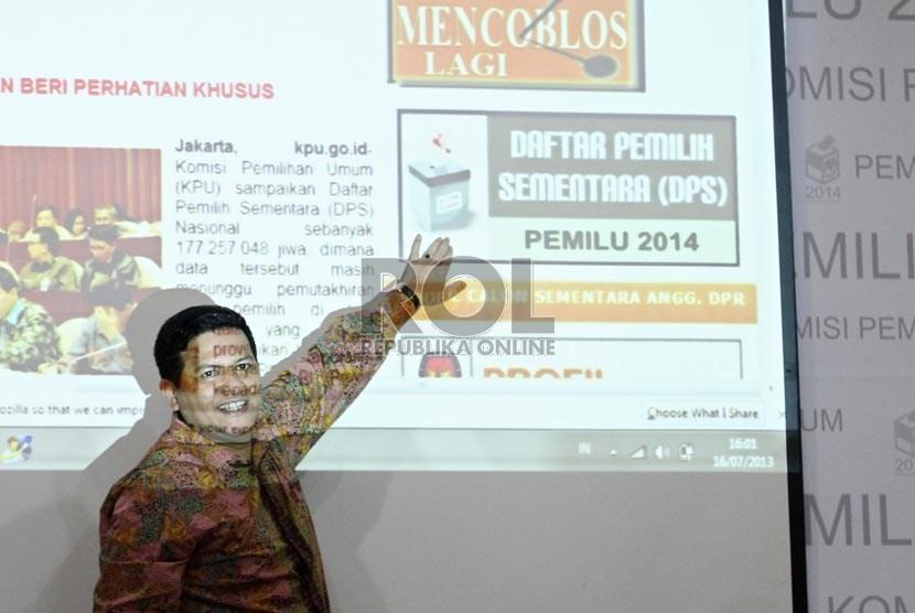 Ketua KPU Husni Kamil Manik, meluncurkan daftar pemilih sementara secara online melalui website KPU, di Jakarta, Selasa (16/7).     (Republika/Adhi Wicaksono)