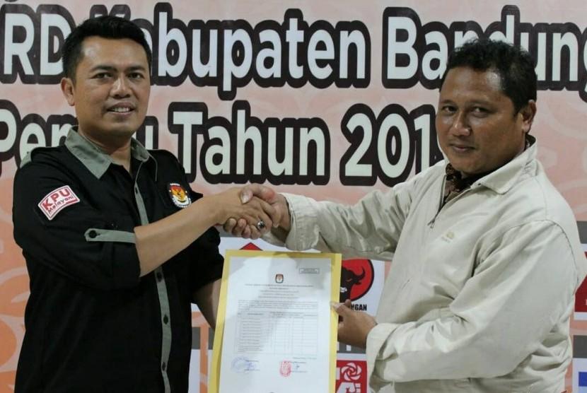 Ketua KPU Kabupaten Bandung Barat Adi Saputro (kiri) tengah menerima berkas persyaratan calon anggota legislatif dari pengurus partai di Kantor KPU KBB, Kecamatan Padalarang, KBB, belum lama ini.