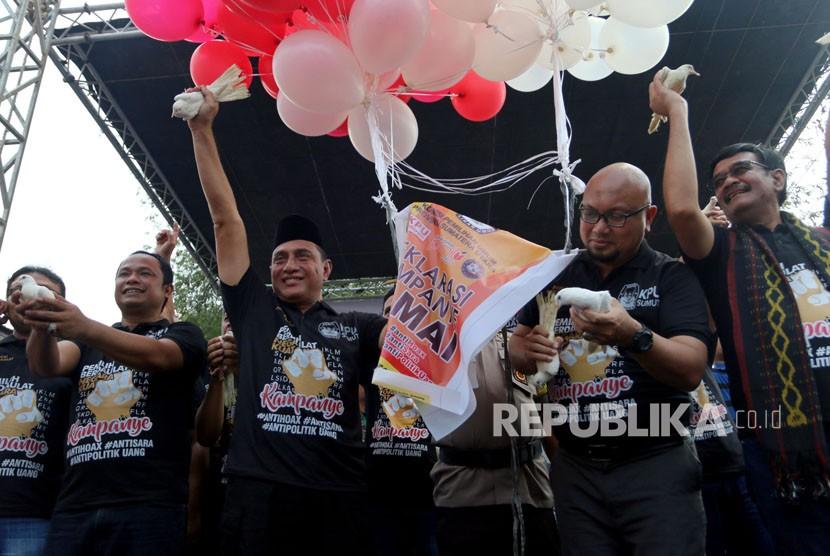 Ketua KPU Sumut Mulia Banurea (kiri), Komisioner KPU Ilham Saputra (kedua kanan), bersama calon gubernur Sumatra Utara Edy Rahmayadi (kedua kiri) dan Djarot Saiful Hidayat (kanan) bersiap melepaskan merpati saat Deklarasi Kampanye Damai Pemilihan Gubernur dan Wakil Gubernur Sumut, di Medan, Sumatra Utara, Ahad (18/2).
