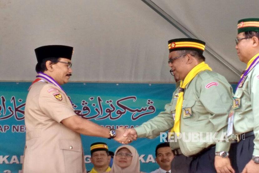 Ketua Kwarnas Gerakan Pramuka, Adhyaksa Dault menerima Penghargaan Bintang Jasa Cemerlang dari Persekutuan Pengakap Negara Brunei Darussalam di Pusat Kegiatan dan Latihan Pengakap Kebangsaan Brunei Darussalam (20/3).