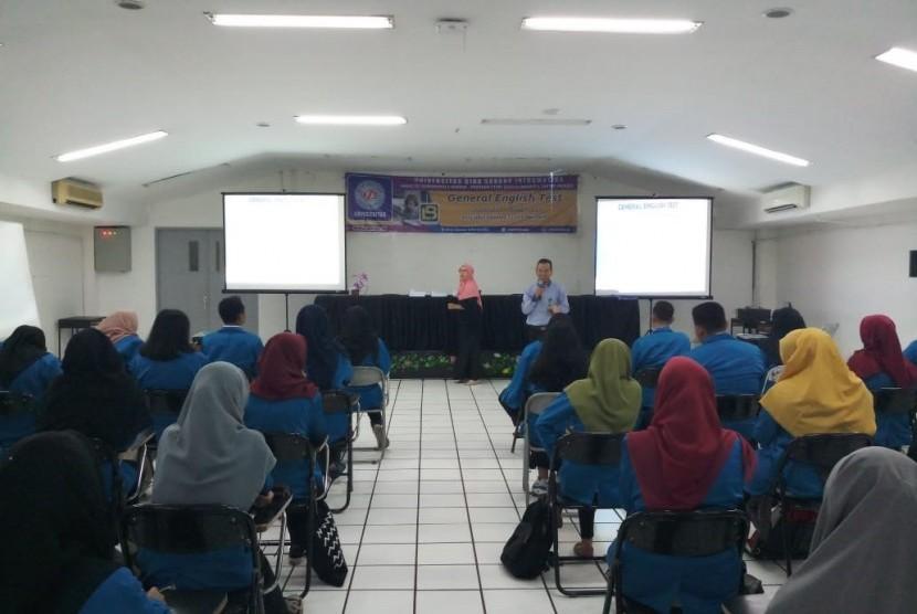 Ketua Lembaga Bahasa (LB) UBSI, Jimmi menjelaskan tentang tatacara pelaksanaan General English Test.