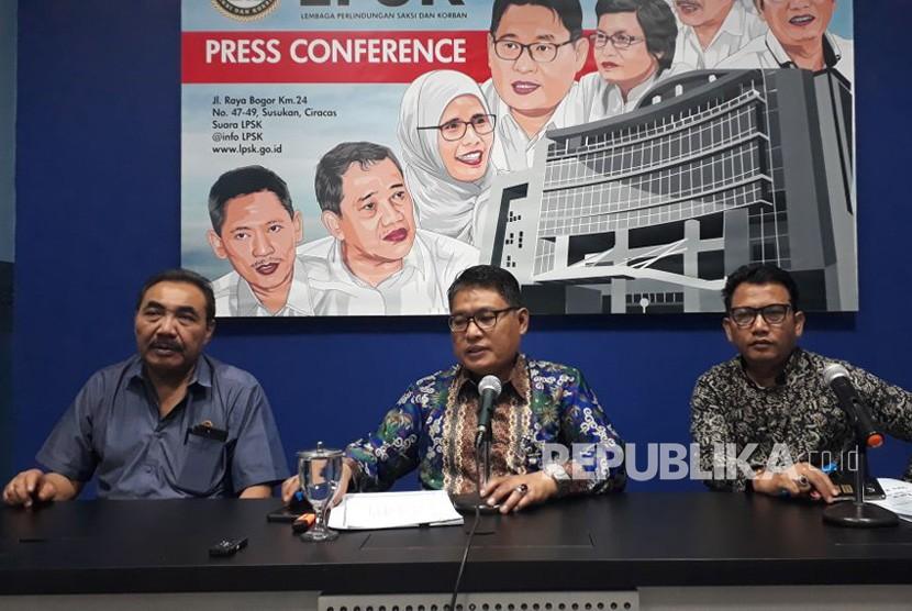 Ketua Lembaga Perlindungan Saksi dan Korban (LPSK) Abdul Haris Semendawai memberikan keterangan pers di Kantor LPSK, Cijantung, Jakarta Timur, Rabu (10/1).