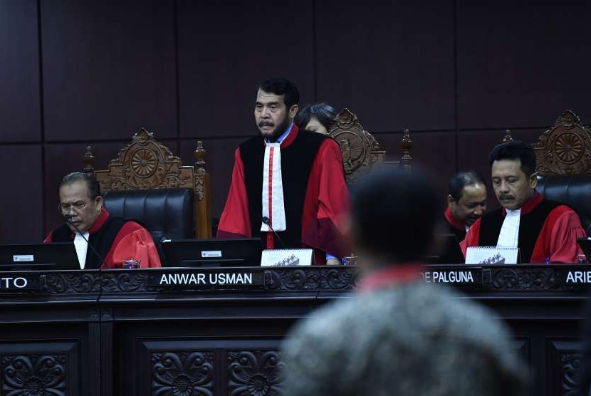Ketua Mahkamah Konstitusi Anwar Usman (tengah) didampingi Hakim Konstitusi Aswanto (kiri) dan I Dewa Gede Palguna (kanan) bersiap memimpin sidang putusan sengketa pilkada di Gedung Mahkamah Konstitusi, Jakarta, Rabu (12/9). (Ilustrasi)