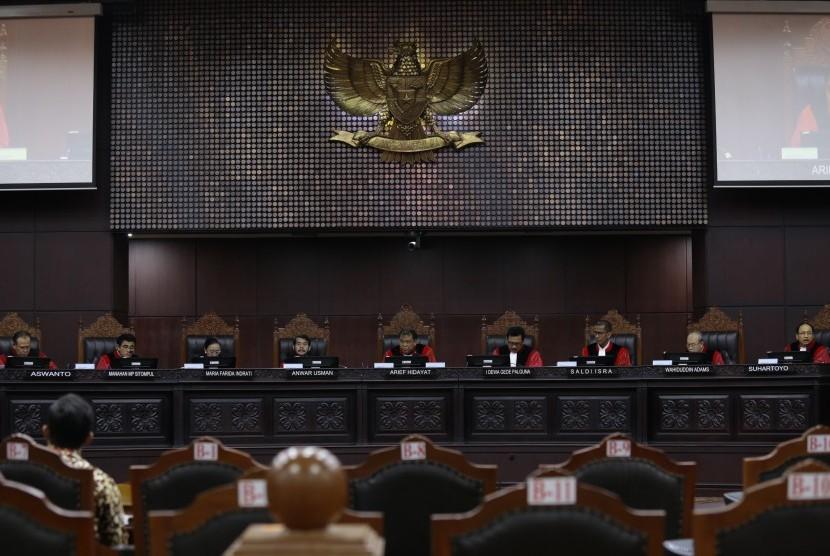 Ketua Mahkamah Konstitusi Arief Hidayat (tengah) memimpin sidang lanjutan Pengujian Undang-Undang tentang MPR, DPR, dan DPRD (MD3) terkait Hak angket DPR terhadap KPK di gedung Mahkamah Konstitusi, Jakarta, Kamis (28/9).