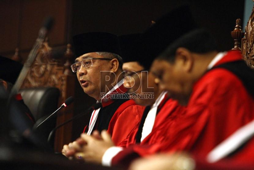 Ketua Mahkamah Konstitusi M. Akil Mochtar (kiri) dan para Hakim Konstitusi lainnya pada sidang pleno khusus pengucapan sumpah jabatan Ketua MK di Gedung Mahkamah Konstitusi, Jakarta, Selasa (20/8). ( Republika/Adhi Wicaksono)
