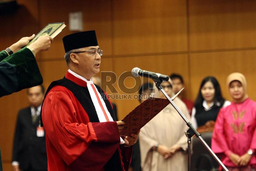 Ketua Mahkamah Konstitusi M. Akil Mochtar mengucapkan sumpah jabatan di hadapan sidang pleno khusus di Gedung Mahkamah Konstitusi, Jakarta, Selasa (20/8).  (Republika/Adhi Wicaksono)