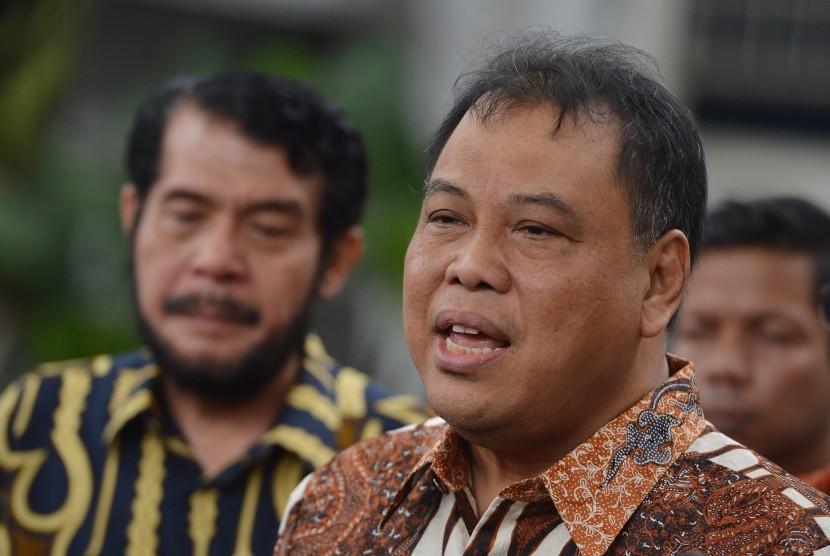 Ketua Mahkamah Konstitusi (MK) Arief Hidayat (kanan) didampingi hakim Konstitusi Anwar Usman menjawab pertanyaan wartawan seusai menemui Presiden Joko Widodo di Kompleks Istana Presiden, Jakarta, Selasa (13/3).
