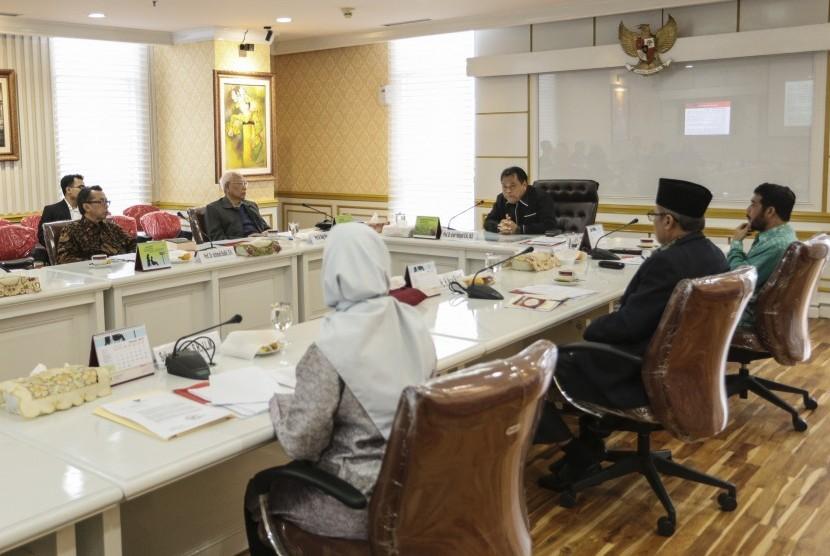 Ketua Mahkamah Konstitusi (MK) Arief Hidayat (ketiga kanan) memberikan sambutan sebelum rapat yang mengagendakan pemilihan Ketua Majelis Kehormatan Mahkamah Konstitusi (MKMK) saat rapat terkait dugaan pelanggaran etik yang dilakukan Patrialis Akbar di gedu