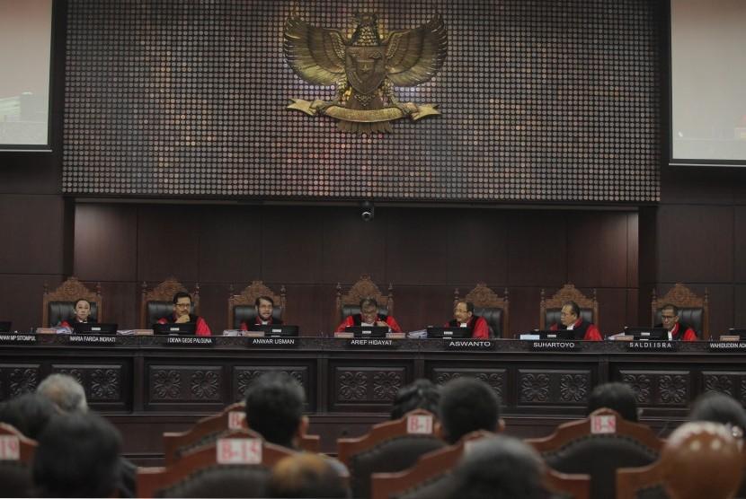Ketua Mahkamah Konstitusi (MK) Arief Hidayat (tengah) bersama Hakim Anggota MK lainnya memimpin jalannya sidang lanjutan Perppu Ormas di gedung Mahkamah Konstitusi, Jakarta, Senin (2/10).