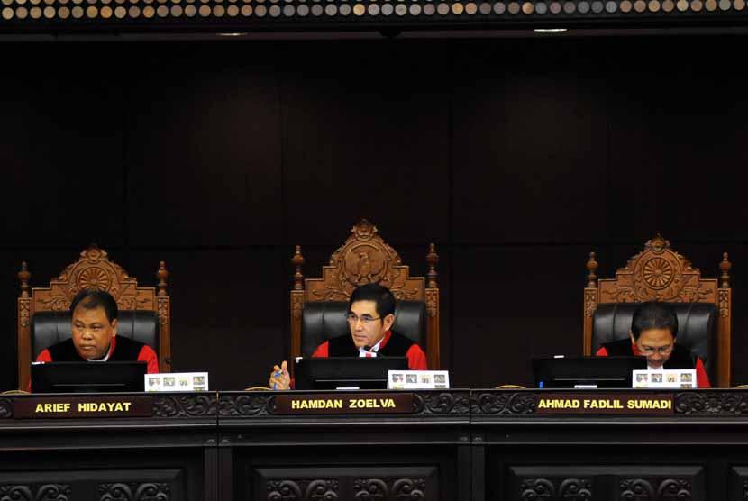 Ketua Mahkamah Konstitusi (MK) Hamdan Zoelva (tengah) memimpin sidang perdana perkara Perselisihan Hasil Pemilihan Umum (PHPU) Presiden dan Wakil Presiden Tahun 2014 di Mahkamah Konstitusi (MK), Jakarta, Rabu (6/8).