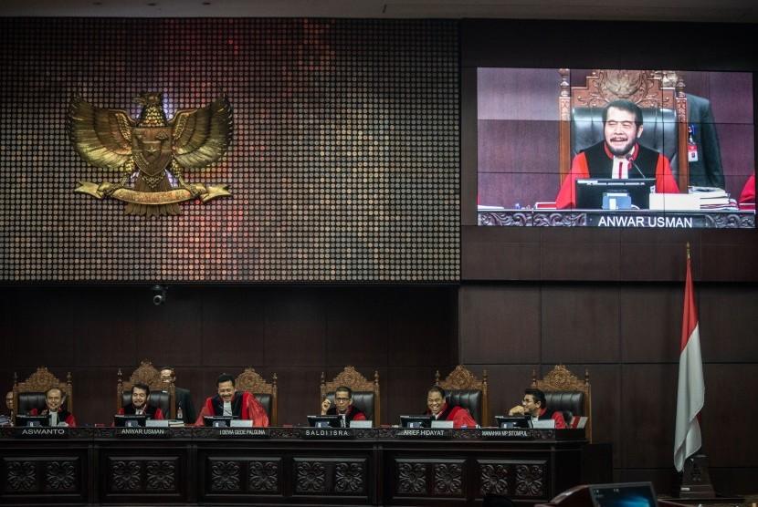 Ketua Majelis Hakim Mahkamah Konstitusi Anwar Usman (kedua kiri) bersama hakim konstitusi lainnya sidang Perselisihan Hasil Pemilihan Umum (PHPU) presiden dan wakil presiden di Gedung Mahkamah Konstitusi, Jakarta, Jumat (21/6/2019).