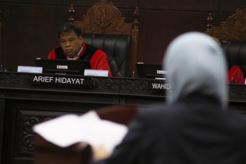 Ketua Majelis Hakim Mahkamah Konstitusi Arief Hidayat (kiri)