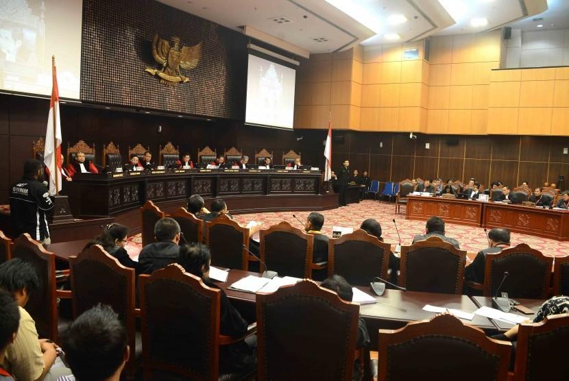 Ketua Majelis Hakim Mahkamah Konstitusi (MK) Hamdan Zoelva bersama sejumlah Hakim Konstitusi ketika mendengarkan keterangan salah satu saksi kubu Prabowo-Hatta dalam sidang lanjutan perselisihan hasil pemilihan umum presiden dan wakil presiden di Gedung Ma