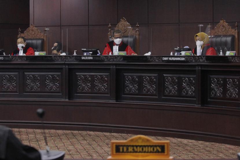 Ketua Majelis Hakim Saldi Isra (tengah) didampingi hakim konstitusi Enny Nurbangingsih (kanan) dan Suhartoyo (kiri) memimpin sidang perdana Perselisihan Hasil Pemilihan (PHP) Bupati Sabu Raijua, Nusa Tenggara Timur (NTT) 2020 di Gedung Mahkamah Konstitusi (MK), Jakarta, Senin (8/3/2021). Sidang mengagendakan pemeriksaan saksi terkait perkara Bupati terpilih Sabu Raijua Orient P Riwu Kore yang berstatus warga negara Amerika Serikat.