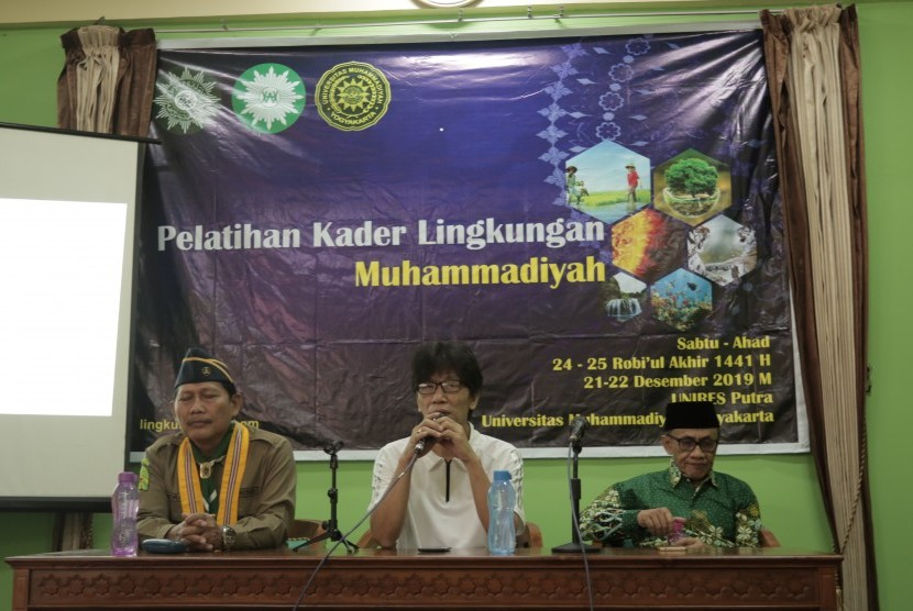 Ketua Majelis Lingkungan Hidup (MLH) PP Muhammadiyah, Muhjidin Mawardi (kiri) dan Rektor Universitas Muhammadiyah Yogyakarta (UMY), Gunawan Budiyanto, dalam pelatihan kader lingkungan Muhammadiyah untuk delegasi Hizbul Wathan (HW) tingkat SMA/Sederajat yang digelar di UMY, Bantul, DIY.