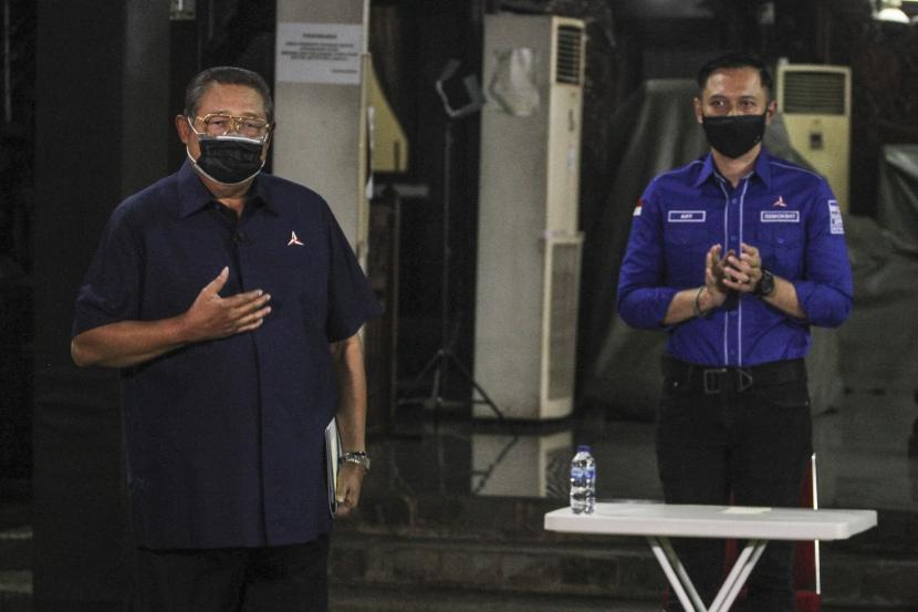 Ketua Majelis Tinggi Partai Demokrat Susilo Bambang Yudhoyono (kiri) bersama Ketua Umum Partai Demokrat Agus Harimurti Yudhoyono (kanan) menyampaikan keterangan pers terkait KLB Partai Demokrat di Puri Cikeas, Bogor, Jawa Barat, Jumat (5/3/2021). SBY merespons KLB Partai Demokrat (PD) di Deli Serdang (5/3/2021), yang diklaim sepihak sejumlah orang, yang memutuskan Kepala Staf Kepresidenan Moeldoko menjadi Ketum Demokrat periode 2021-2025.