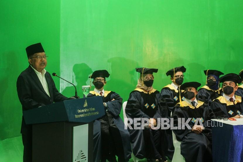 Ketua Majelis Wali Amanah (MWA) Jusuf Kalla (kiri) memberikan sambutan saat mengikuti pembukaan perkuliahan di Fakultas A, UIII, Depok, Jawa Barat, Senin (20/9/2021). Perkuliahan di kampus Universitas Islam Indonesia Internasional (UIII) secara resmi dibuka tahun akademik 2021-2022 sekaligus sebagai tahun akademik pertama.