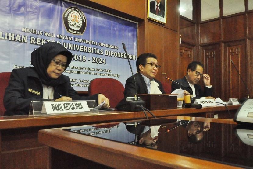 Ketua Majelis Wali Amanat (MWA) Undip, Prof Muliaman D Hadad (tengah), menyampaikan hasil musyawarah Pemilihan Rektor Undip periode 2019- 2024, di ruang rapat MWA Undip.