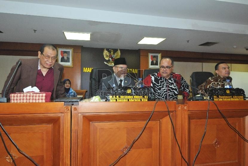 Ketua MKD Surahman Hidayat (kedua kri), bersama Wakil Ketua MKD Sufmi Dasco Ahmad ( kanan) dan Junimart Girsang (kedua kanan), usai pengesahan pimpinan baru MKD Kahar Muzakir ( kiri)menggantikan Wakil Ketua MKD Hardisoesilo di Kompleks Parlemen Senayan, Ja