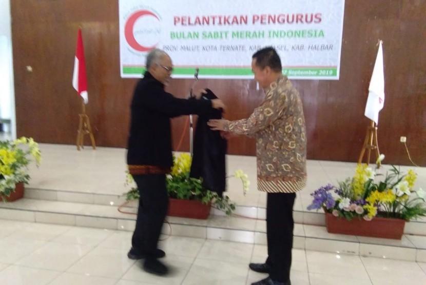 Ketua mpa dr basuki supartono Memberikan jacket bsmi kepada sekda prov maluku Utara Bambang Hermawan Di ternate, sabtu(7/9)