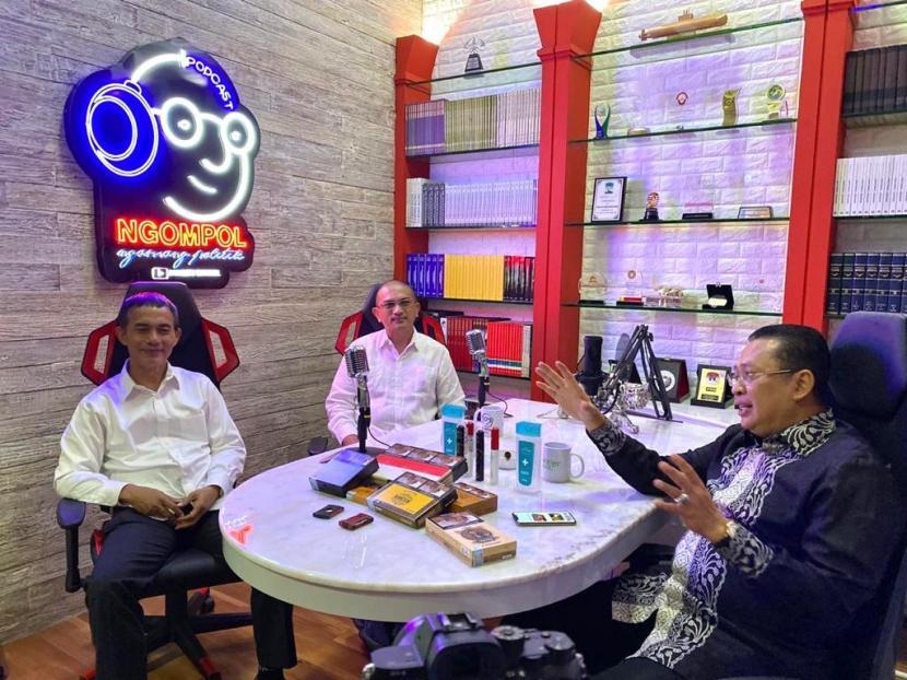 Ketua MPR Bambang Soesatyo (Bamsoet) di Podcast kanal Youtube Bamsoet Channel, bersama pemilik PT Boss Image Nusantara (BIN Cigar) Febrian Ananta Kahar dan Direktur Utama PT BIN Cigar Imam Wahid Wahyudi sebagai perusahaan nasional penghasil cerutu, di Jakarta, Kamis (22/10).