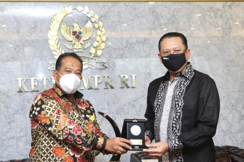 Ketua MPR Bambang Soesatyo (Bamsoet) menerima Rektor UNNES Fathur Rokhman, di Ruang Kerja Ketua MPR RI, Jakarta, Senin (19/10).
